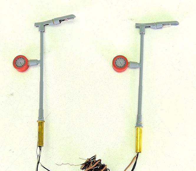 Brawa 4564 (N) – 2 Bahnsteigleuchten, mit beleuchteter Uhr